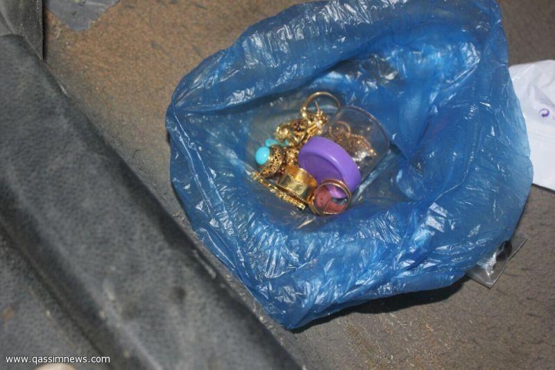 شرطة عنيزة تطيح بسارقي المجوهرات