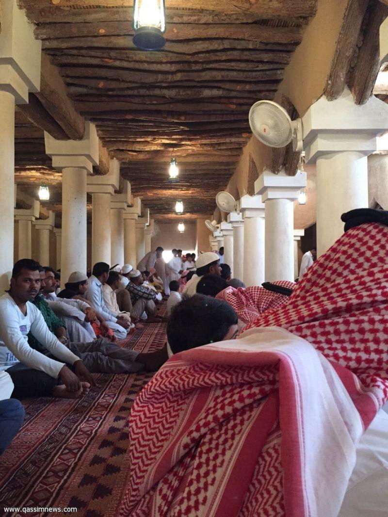 إقامة الصلاة في جامع الخبراء التراثية بعد توقف أكثر من 35 عاماً