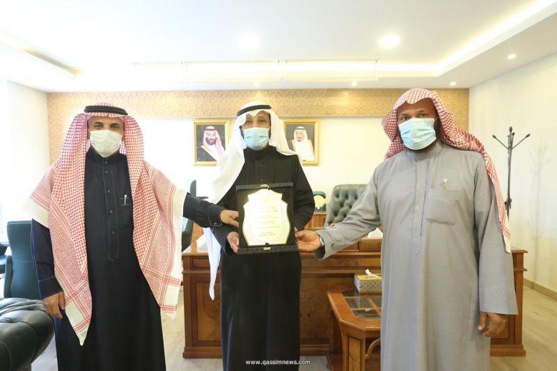 مدير عام فرع وزارة الشؤون الإسلامية بالقصيم يكرم مدير مساجد عيون الجواء سابقاً