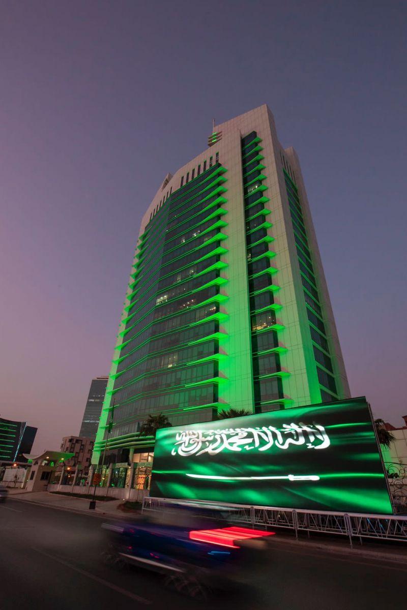 صور القيادة الرشيدة واللون الأخضر يزين برج ومباني ومرافق الشؤون الإسلامية