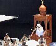 المصلون يؤدون صلاة الجمعة بالمسجد الحرام وسط منظومة خدمات متكاملة
