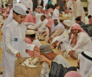 القهوة والتمر والماء والبخور وهدايا متميزة في جامع الراجحي في صلاة العيد