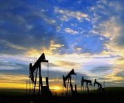 النفط يقترب من أقل سعر في 7 سنوات مع استمرار مخاوف تخمة المعروض