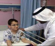 اليوسف يقدم الهدايا للأطفال المرضى المنومين في مركز الأمير فيصل للأورام ببريدة