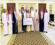 أمير القصيم يتسلم تبرع عملاء ومنسوبي بنك الرياض لجمعية «كبدك»