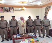 الشيخ ابن نحيت ورئيس مركز شرطة الفوارة يقلد عددا من أفراد الشرطة رتبهم الجديدة