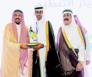 فيصل بن مشعل يكرم روعة ريفان لتنظيم مهرجان بريدة للتسوق