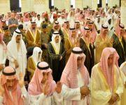 أمير الرياض يؤدي صلاة الميت على الأميرة نورة بنت مساعد بن عبدالرحمن