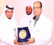 الهزازي يكرّم الدكتور النفادي بمناسبة انتهاء عمله بمستشفى الأسياح