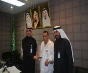 مدير مستشفى الرس العام يكرم الدكتور محمد شاكر .