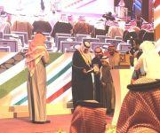 سلطان بن سلمان يسلم الطفل وليد اللميلم عضوية الإرشاد السياحي