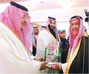 نائب خادم الحرمين يستلم درعاً تذكارياً من رئيس الاتصالات السعودية