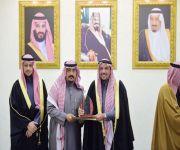 امير القصيم يكرم الحربي بجائزة الموظف المثالي لمركز إمارة البطين