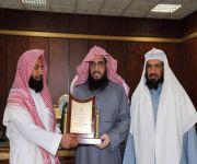 مدير الهيئات بالقصيم يكرم عضو هيئة محافظة المذنب