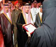 أمير القصيم يكرم عضوات نسائي أصدقاء المرضى بعنيزة الخلف والحطاب