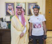 نائب أمير القصيم يستقبل الرحالة فهد اليحيا قبيل إنطلاق رحلته على الدراجة الهوائية