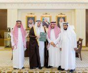 أمير القصيم يتسلم نسخة من ورشة العمل التي عقدت لرؤساء لجان مراقبة الأراضي وإزالة التعديات بالمنطقة