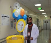 """ضمن مبادرة فريق ارتواء التطوعي : طبيب يقدم هدايا للمرضى بمستشفى """"النبهانية"""" العام"""