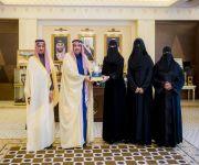 الأمير فيصل بن مشعل يكرم أمين مجلس فتيات القصيم لما تم بذله من أعمال لخدمة فتيات المنطقة