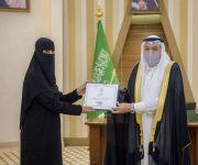 سمو أمير القصيم يكرّم المواطنة الهنوف الشقيق تقديرا لاستشعارها مسؤوليتها الوطنية