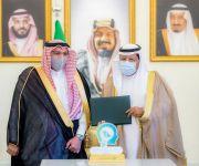 أمير القصيم يكرم د. حميد الأحمدي